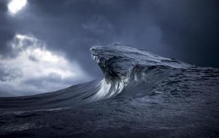 Oceanski valovi fotografirani kao da su planinski lanci